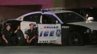 Polizisten in Dallas wurden am Donnerstag Abend von einem Heckenschützen ins Visier genommen worden. Fünf Menschen starben.