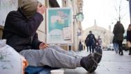 Straßenleben: Auch dieser Mann sucht keine Notunterkunft auf, er schläft nachts an der Kaiserstraße. (Symbolbild)
