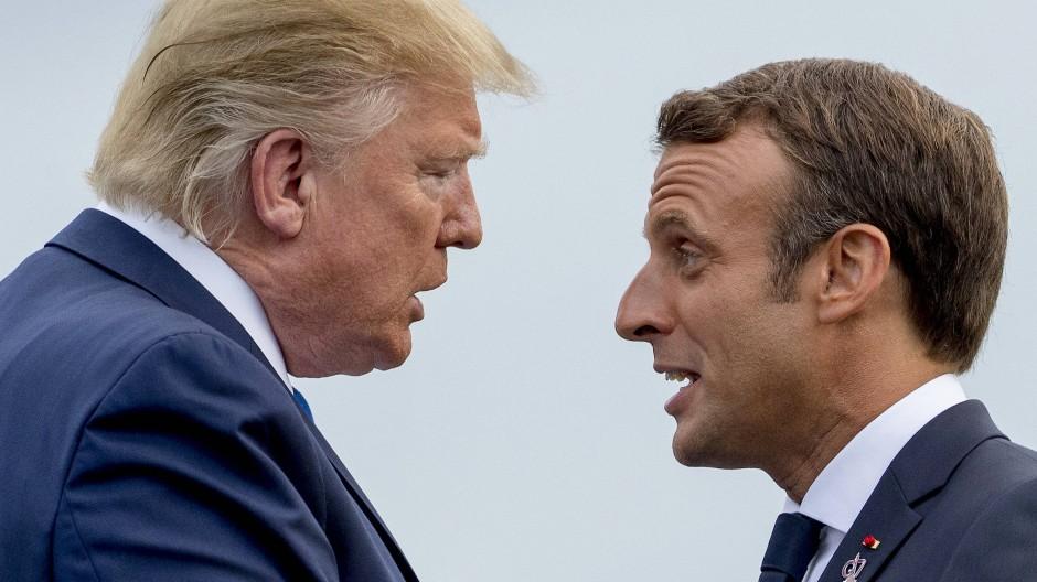 Frankreichs Präsident Emmanuel Macron spricht beim G-7-Gipfel in Biarritz mit Donald Trump.