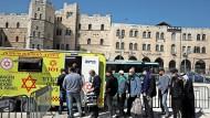 In Jerusalem stehen die Menschen Schlange vor einem mobilen Impfzentrum. Und dann ist in Israel auch tatsächlich ausreichend Impfstoff vorhanden.