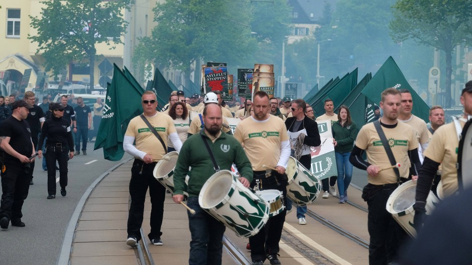 """Mit einheitlichen T-Shirts, Trommeln und Fahnen zog die rechtsextreme Kleinstpartei """"Der Dritte Weg"""" am 1. Mai durch Plauen. Das Landratsamt hatte das erlaubt."""