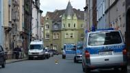 Die gesperrte Straße in Herne vor dem Haus, in dem die zweite Leiche gefunden wurde.
