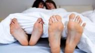 Bedeutet Zusammenziehen das Ende der Romantik? Wer mit seinem Partner zusammenzieht, braucht Fingerspitzengefühl und viel Geduld.