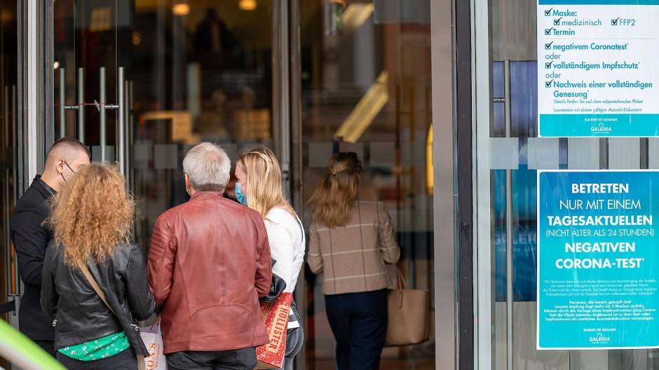 Maske, Impfschutz, Corona-Test: Die neuen Click-&-Meet-Regeln sind vor Galeria Kaufhof erklärungsbedürftig.