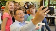 Michael Heinz, Lenkungskreisvorsitzender der Wissensfabrik - Unternehmen für Deutschland e.V. und BASF-Vorstandsmitglied macht Selfies am Girls'-Day.
