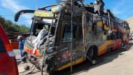 Das Wrack des Busses, in dem zwei Deutsche ums Leben gekommen sind.
