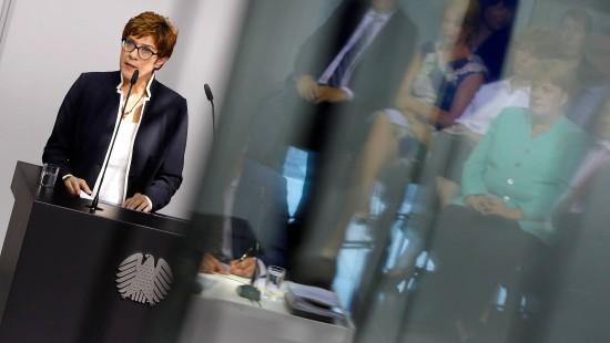 Opposition kritisiert neue Verteidigungsministerin