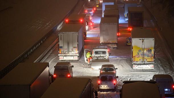 Fahrer sitzen bei minus 10 Grad in ihren Wagen fest