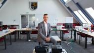 Landrat Andy Grabner im Tagungsraum des Krisenstabs in Köthen.