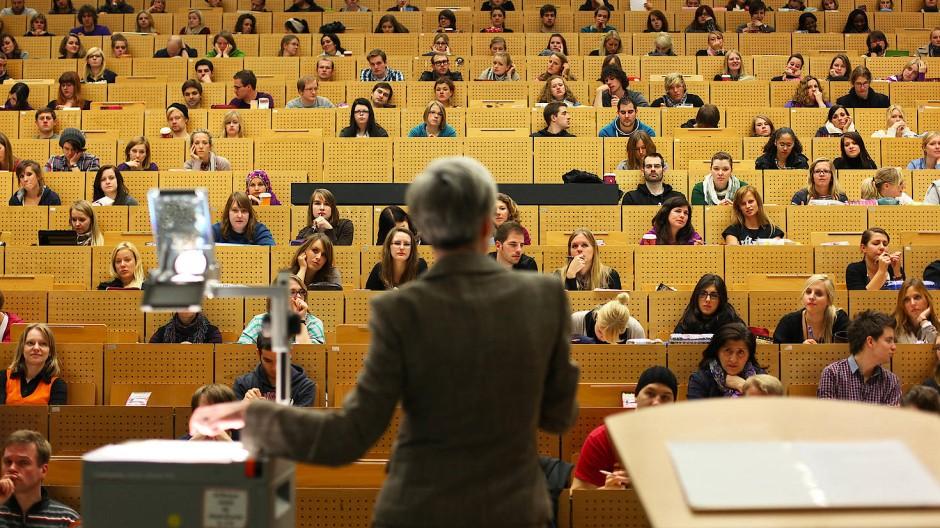 Eine Professorin hält in einem Hörsaal der Ruhr-Universität in Bochum eine Vorlesung.