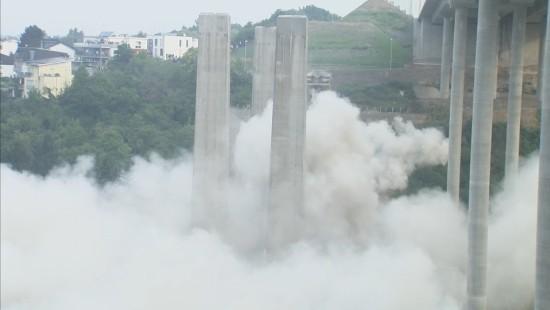 Brückenpfeiler-Sprengung im zweiten Anlauf erfolgreich