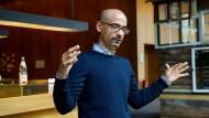 Junot Díaz, geboren 1968 in Santo Domingo, der Hauptstadt der Dominikanischen Republik, kam mit sechs Jahren mit seiner Familie nach New Jersey. Heute lehrt er am MIT in Boston.