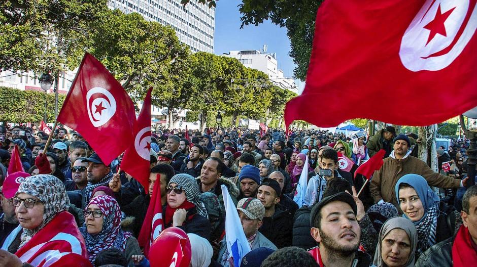Menschen demonstrieren in Tunesien gegen gestiegene Preise und ein neues Finanzgesetz der Regierung. Das Land soll zusammen mit Marokko, Algerien und Georgien zum sicheren Herkunftsstaat erklärt werden.