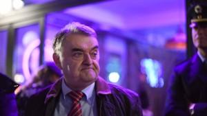 NRW-Innenminister Reul will radikalisierte Kinder überwachen lassen