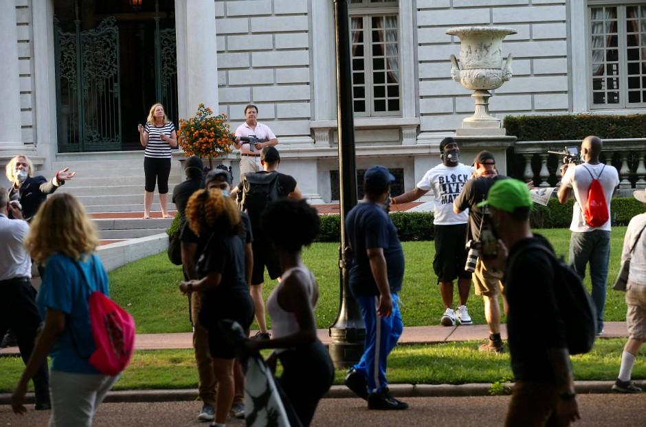 Konfrontation von Anwohnern einer Privatstraße in St.Louis mit Demonstranten