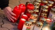 Der Tatort: Kerzen vor dem Drogeriemarkt in Kandel