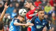 Wo ist der Ball? Kopf-Dreikampf zwischen Andrej Kramaric, Roberto Hilbert und Ermin Bicakcic (von links)
