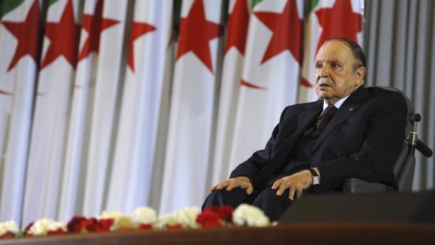 Bouteflika beugt sich dem Druck des Volks