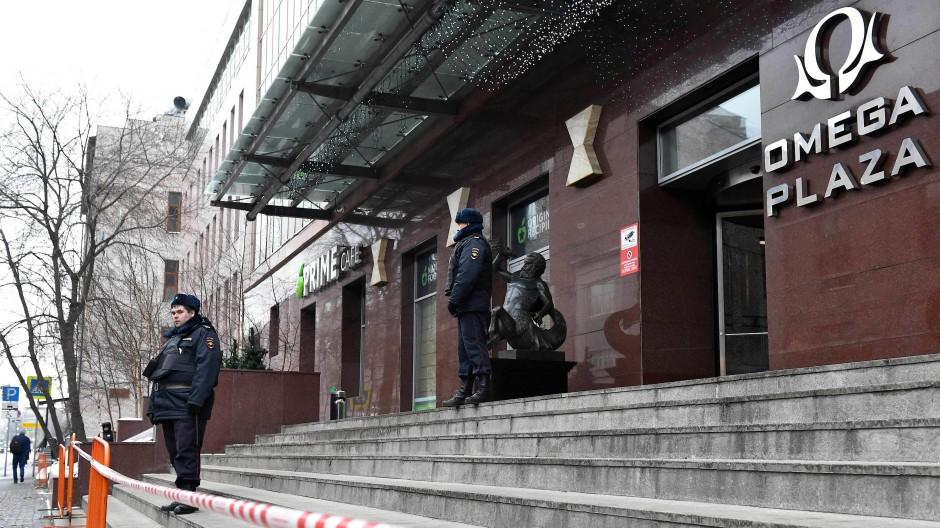 Polizisten im Januar 2018 vor einem Geschäftszentrums, in dem sich das Büro des FBK des Oppositionsführers Alexej Nawalnyj in Moskau befindet.