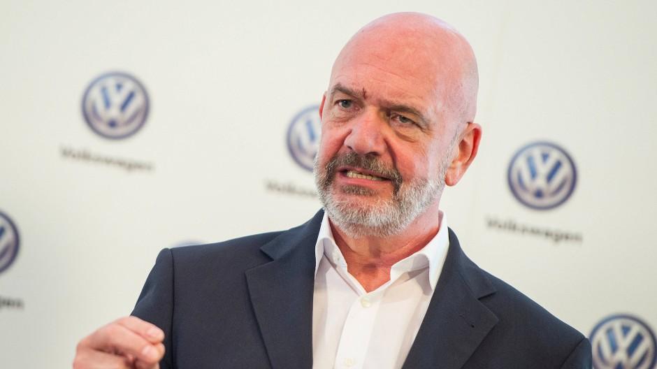 Bernd Osterloh von VW ist nicht gegen saubere Luft und blauen Himmel – meint aber, dass Autos gerade auf dem Land unverzichtbar seien.
