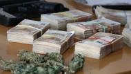 Vor allem Haschisch und Marihuana, aber auch Bargeld konnten die Polizeibeamten sicherstellen.