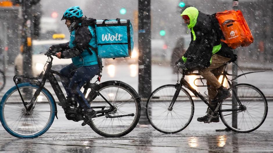 Bei Wind und Wetter: Fahrradkuriere der Lieferdienste Wolt und Lieferando haben einen harten Job.