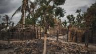 Überreste eines niedergebrannten Hauses in dem Dorf Aldeia da Paz, das im Sommer 2019 angegriffen wurde.