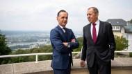Außenminister Heiko Mass (links) und sein russischer Amtskollege Sergej Lawrow unterhalten sich vor Beginn des Petersburger Dialogs in Königswinter.