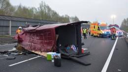 Drei Menschen in Lebensgefahr nach Unfall auf A2