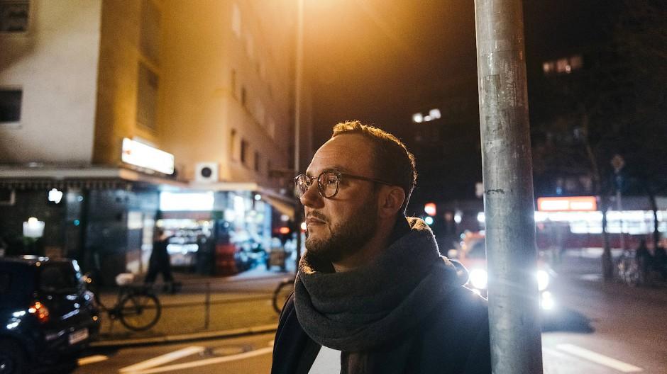 Lebensretter: Falko Loose steht vor dem Haus am Fünffingerplätzchen in Bornheim. In der Novembernacht 2018 hat er dort mehrere Menschen gerettet.