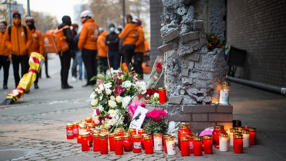 Fahrrad-Kuriere gedenken ihres Kollegen, der am 21. November 2020 in der Frankfurter Oskar-von-Miller-Straße bei einem Autounfall getötet wurde.