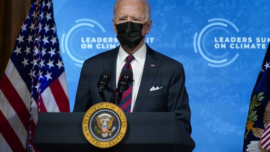 Der amerikanische Präsident Joe Biden spricht beim virtuellen Klima-Gipfel, zu dem er dutzende Staats- und Regierungschefs eingeladen hat, im East Room des Weißen Hauses.