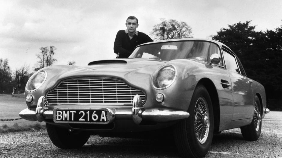 Lizenz zum T(r)öten: 007-Darsteller Sean Connery mit Dienstwagen von Aston Martin, Baujahr 1964