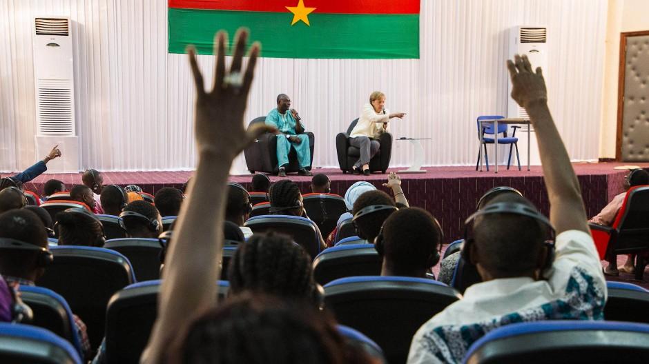 Merkel trifft Studenten in Burkina Faso