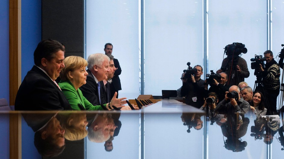 Die Unterzeichner des wohlig-warmen Vertrags vor der Bundespressekonferenz: Sigmar Gabriel, Angela Merkel und Horst Seehofer am 27. November in Berlin