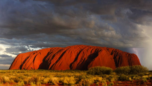 uluru felsen in australien mit outback blick. Black Bedroom Furniture Sets. Home Design Ideas