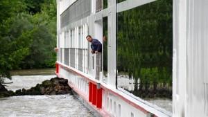 Fahrgastschiff auf der Donau rammt Eisenbahnbrücke