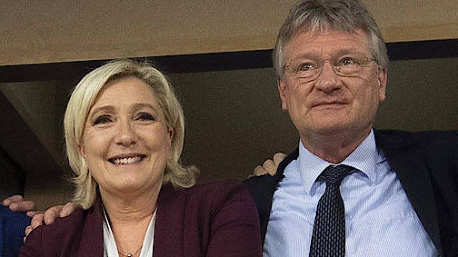 Marine le Pen, Vorsitzende der rechtspopulistischen Partei Rassemblement National aus Frankreich, im Mittelpunkt – rechts neben ihr der AfD-Politiker  Jörg Meuthen