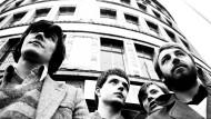 Minimalistische Kühle bei lautem Herzschlag: Stephen Morris, Ian Curtis, Bernard Sumner und Peter Hook im Jahr 1979 in ihrer Heimatstadt