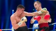 Der Berliner Profiboxer Marco Huck unterliegt dem Letten Mairis Briedis im Kampf um den WBC-WM-Titel im Cruisergewicht am 1. April 2017 in Dortmund.