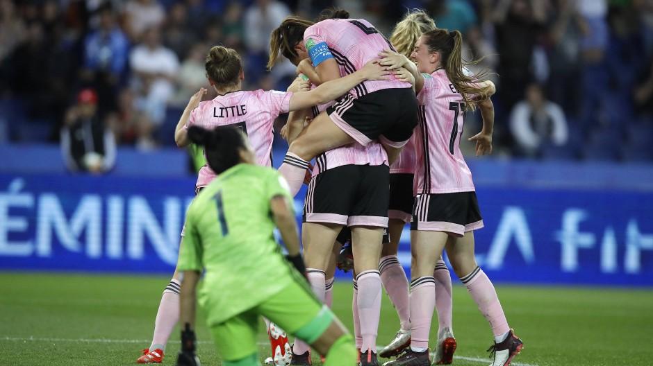 Da jubelten sie noch: Schottlands Spielerinnen feiern das 3:0 gegen Argentinien.