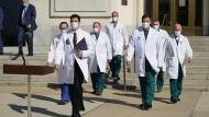 Trumps Ärzteteam vom Walter Reed Militärkrankenhaus schreitet zur Pressekonferenz