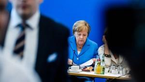 Die CDU weicht nicht von Merkels Seite