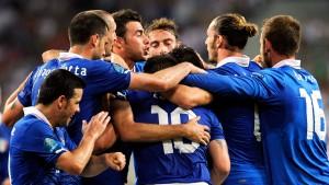 Cassano und Balotelli schießen Italien weiter