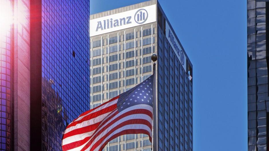 Blauer Himmel über dem Allianz-Gebäude