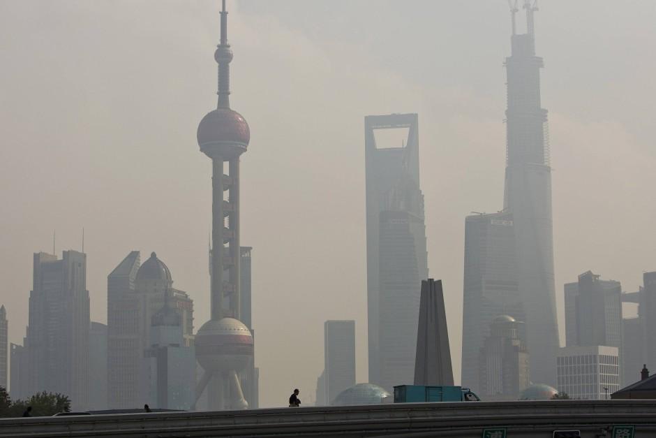 """Was ist gemeint mit dem """"China"""", an dessen Blüte das Land wieder anschließen will? Shanghai an einem diesigen Tag."""