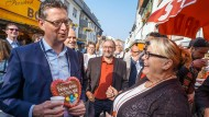 Von einem potentiellen Wähler umgehangen: Thorsten Schäfer-Gümbel mit Herzchen