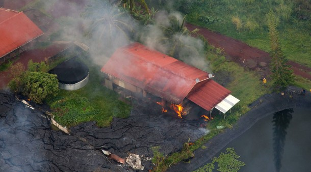 ausbruch des vulkans kilauea lava brennt erstes haus auf. Black Bedroom Furniture Sets. Home Design Ideas