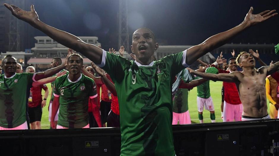 Vorbild Island auch beim Jubeln: Die Spieler Madagaskars feiern nach dem Sieg gegen Kongo den Einzug ins Viertelfinale des Afrika Cups.