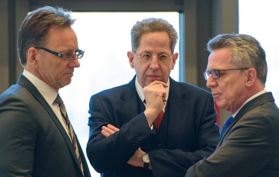 Bei der Einstellung des Islamisten seien alle Sicherheitsstandards eingehalten worden, sagt der Präsident des Bundesamts für Verfassungsschutzes (BfV) Hans-Georg Maaßen (M.)